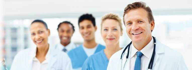 médicos especialistas juntos