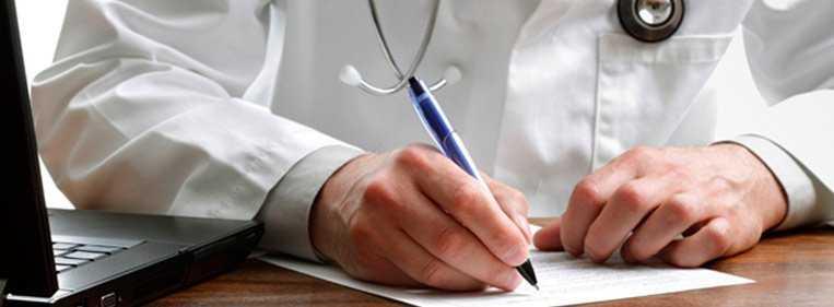 cirurgião especialista escrevendo